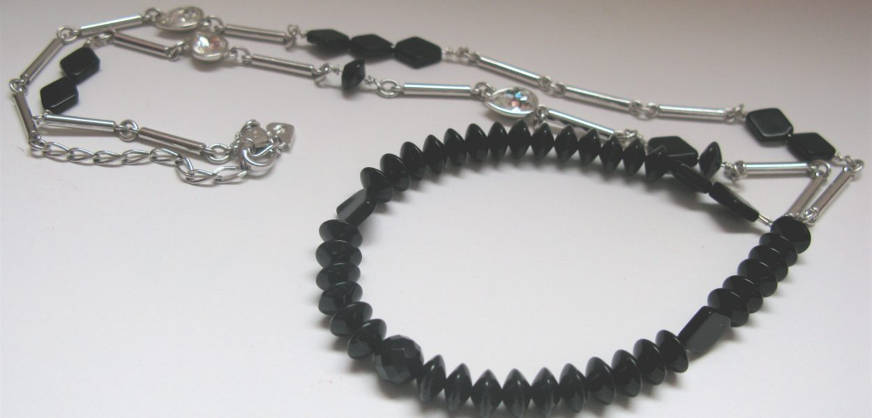 Necklace with Onix and white metal